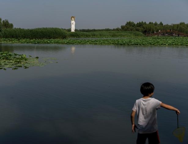 Estátua da deusa da misericórdia no lago principal de Baiyangdian, dentro da área de Xiongan, na China