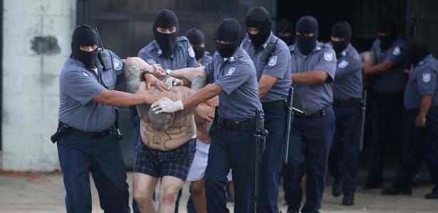 Integrante da gangue Mara Salvatrucha (MS-13) é escoltado no presídio de segurança máxima Zacatecoluca, em El Salvador; segundo o FBI, o lema da organização é 'matar, estuprar, controlar'