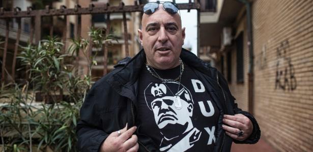 9.nov.2017 - Gianluca Antonucci, simpatizante do partido de extrema direita de inspiração fascista CasaPound, mostra camiseta com o rosto de Benito Mussolini em Óstia, na Itália