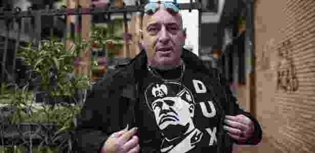 9.nov.2017 - Gianluca Antonucci, simpatizante do partido de extrema direita de inspiração fascista CasaPound, mostra camiseta com o rosto de Benito Mussolini em Óstia, na Itália - Nadia Shira Cohen/The New York Times
