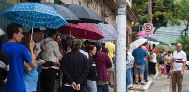 13.fev.2018 - Pessoas enfrentam chuva em fila para vacinação na zona leste de São Paulo