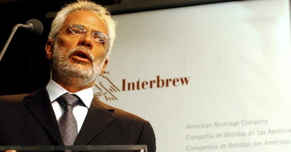 3.mar.2004 - Marcel Telles, executivo da Ambev, durante entrevista coletiva, em Bruxelas, na Bélgica