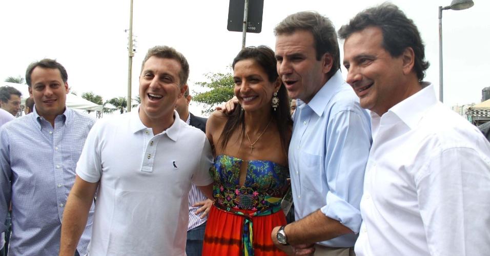 28.out.2011 - Luciano Huck,a triatleta Fernada Keler e o então prefeito do Rio Eduardo Paz em lançamento de programa de aluguel de bicicletas na zona sul da capital fluminense