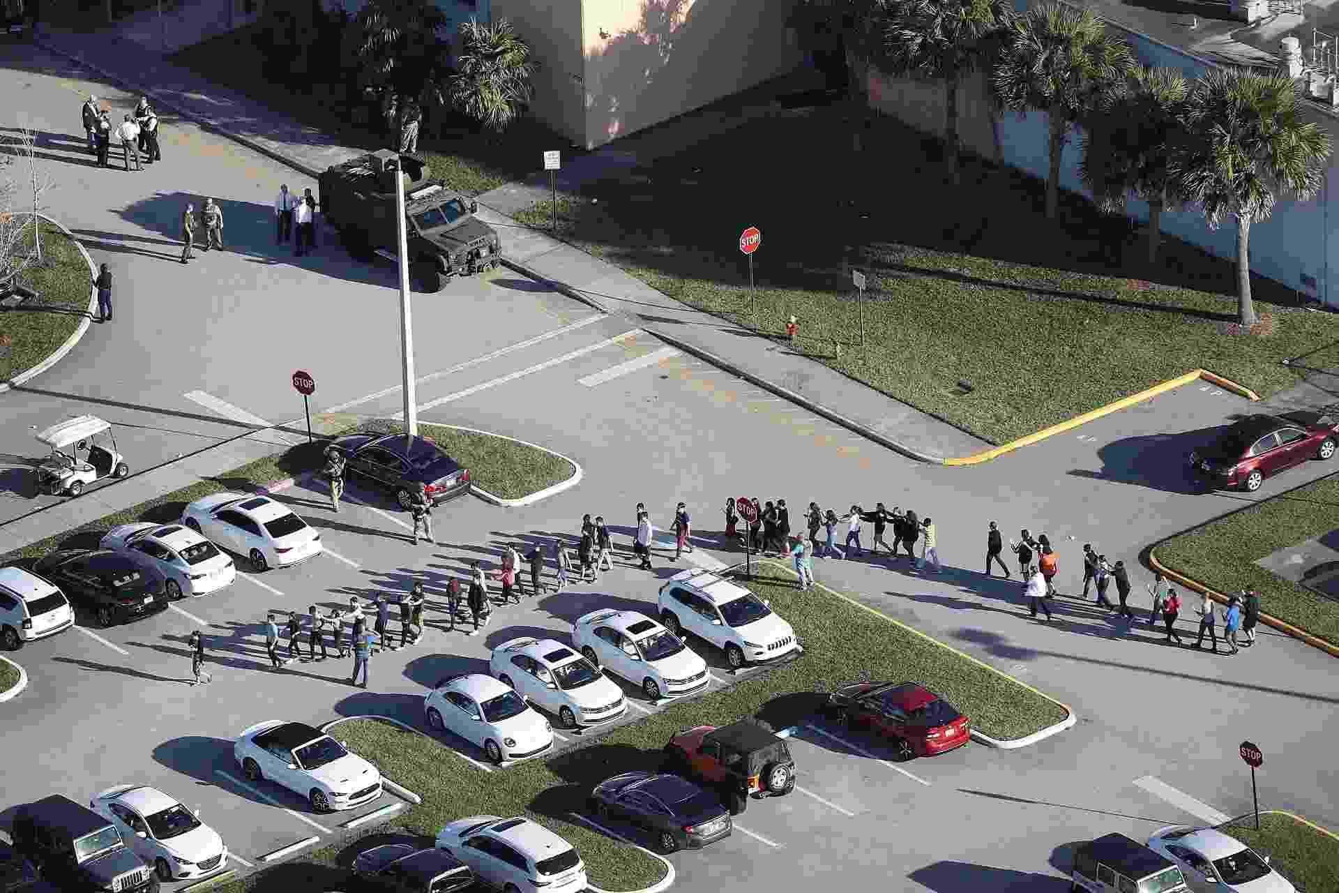 14.fev.2018 - Pessoas são retiradas do prédio do colégio Marjory Stoneman Douglas após tiroteio que deixou mortos e feridos - Joe Raedle/Getty Images/AFP