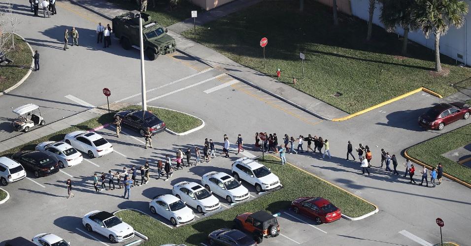 14.fev.2018 - Pessoas são retiradas do prédio do colégio Marjory Stoneman Douglas após tiroteio que deixou mortos e feridos
