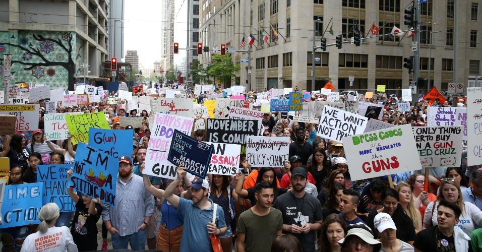 24.mar.2018 - Dezenas de placas enchem as ruas de um cruzamento em Houston, no Texas, durante a marcha nacional contra a violência provocada pelas armas nos Estados Unidos