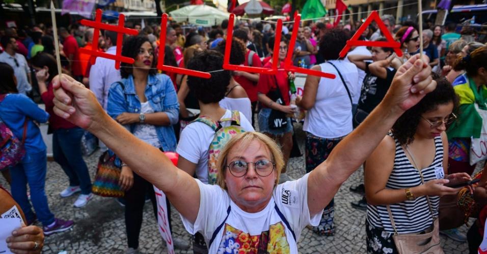 Simpatizantes e militantes protestam contra a prisao do ex-presidentede Luiz Inacio Lula da Silva em ato realizado no centro da cidade do Rio de Janeiro. O ex-presidente foi condenado a prisão e tem ordem de apresentação as autoridades policiais depois de julgamento na operação Lava Jato da Policia Federal.