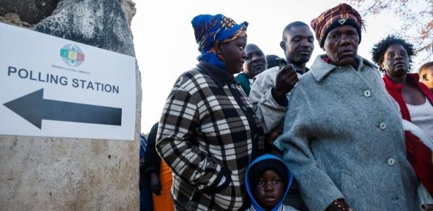 30.jul.2018 - Eleitores do Zimbábue votam pela primeira vez após a renúncia de Mugabe, em 2017. Há temor em relação a fraudes - Jekesai Njikizana/AFP