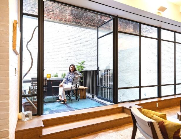 Elizabeth Yanev em seu apartamento duplex subterrâneo em Midtown East, Nova York - Stefano Ukmar/The New York Times