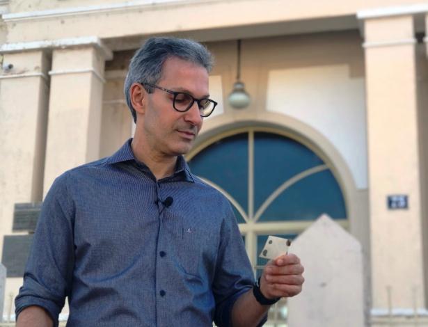 O candidato do Novo em MG, Romeu Zema, em frente à Escola Municipal Delfim Moreira