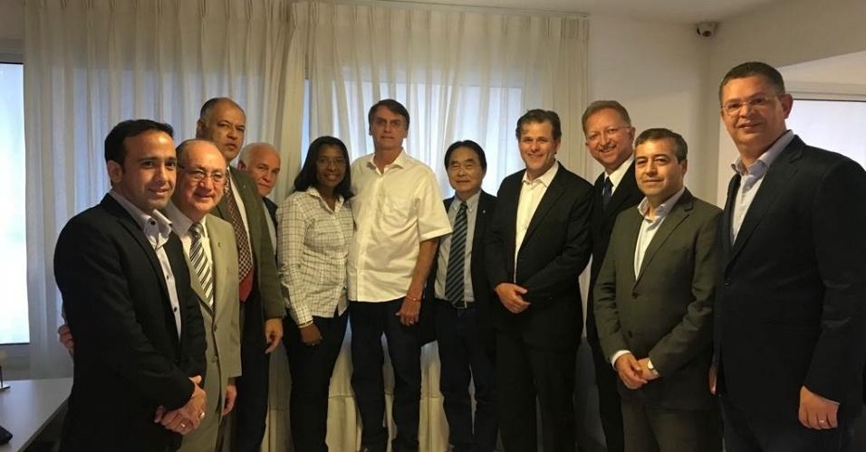 18.out.2018 - O candidato à Presidência Jair Bolsonaro (PSL) recebeu deputados da frente evangélica em sua casa no Rio