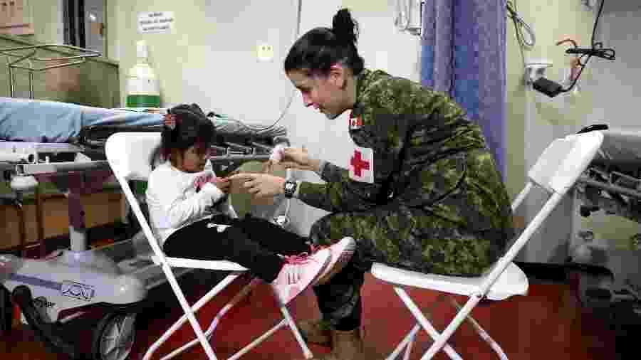 06.nov.2018 - Médicos atendem migrantes venezuelanos em Navio-hospital da Marinha dos EUA na América Latina - Mariano Bazo/Reuters