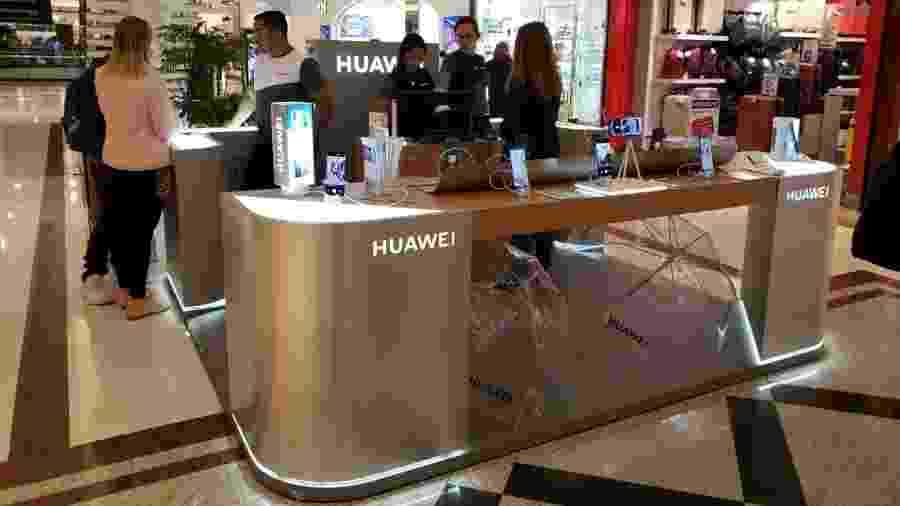 Quiosque da Huawei no Morumbi Shopping, em São Paulo, teve pouco movimento na tarde de domingo - Rodrigo Trindade/UOL