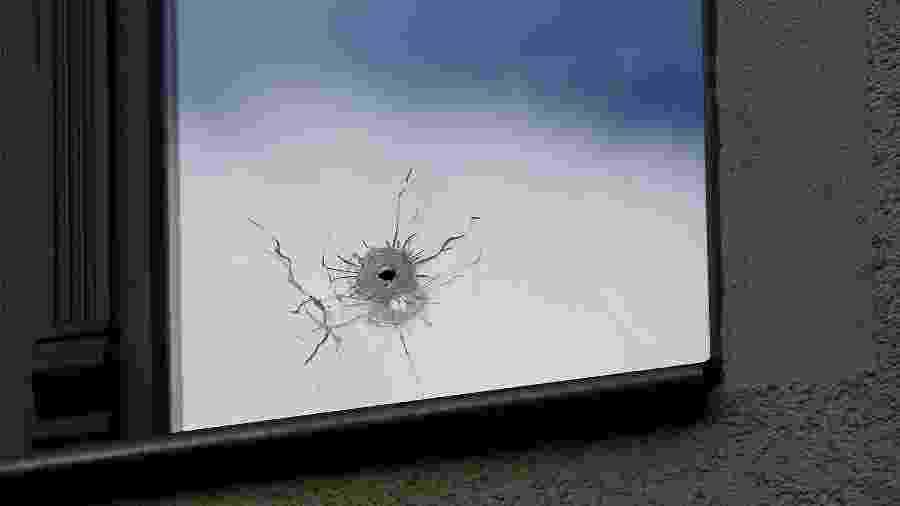 Marca de bala é vista em uma janela próxima da sinagoga alvo de ataque na Alemanha - Ronny Hartmann/AFP