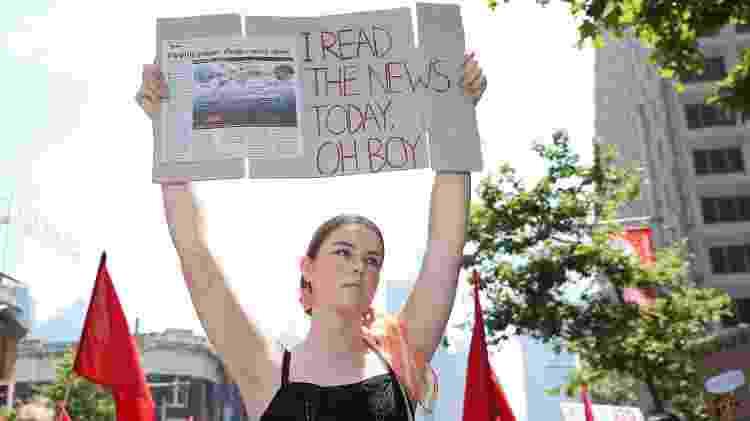 """29.11.2019 - """"Eu li as notícias hoje. Cara..."""". Estudante mostra cartaz em protesto por ação governamental contra o aquecimento global, na Austrália. - Getty Images - Getty Images"""
