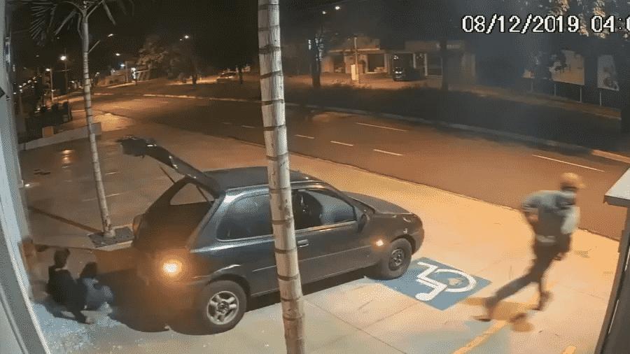 Homem escorrega durante tentativa de roubo a imobiliária em Ribeirão Preto ontem - Reprodução