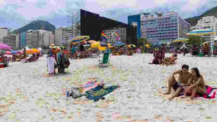 Praia de Copacabana, na zona sul do Rio. Ao fundo, a montagem do palco para a festa de réveillon - Daniel Resende/Futura Press/Estadão Conteúdo