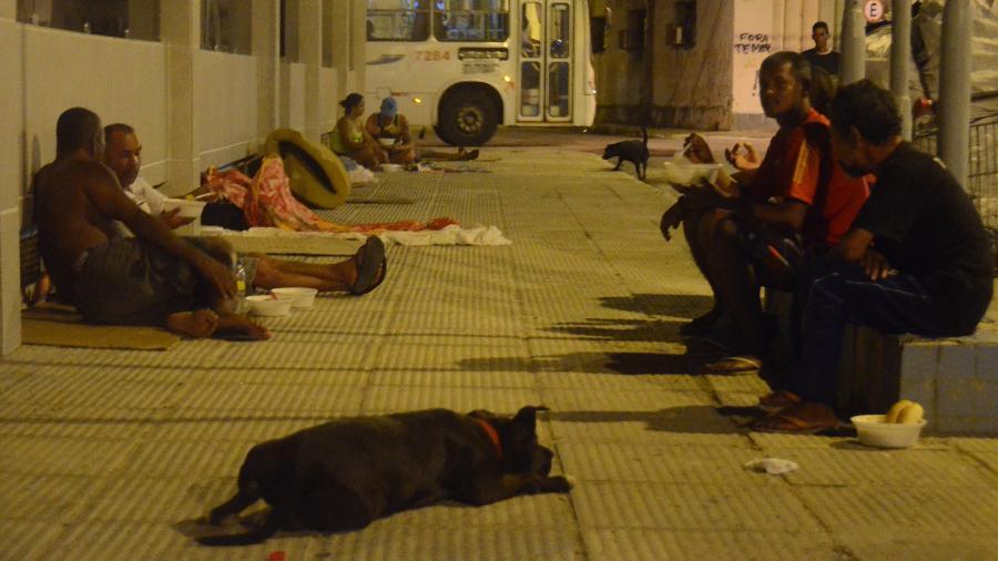 Moradores de rua se refugiam na Praça Sinimbu, centro de Maceió - Beto Macário/UOL