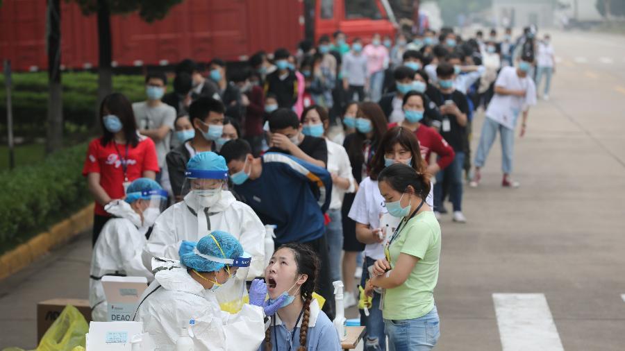 Teste de coronavírus em massa em uma grande fábrica em Wuhan, na província de Hubei, na China - Feature China / Barcroft Media via Getty Images