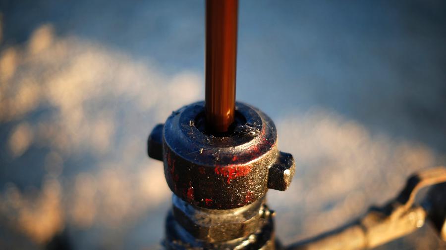 O barril de Brent para entrega em agosto fechou a 74,76 dólares no mercado londrino, após subir 0,11% - Lucy Nicholson