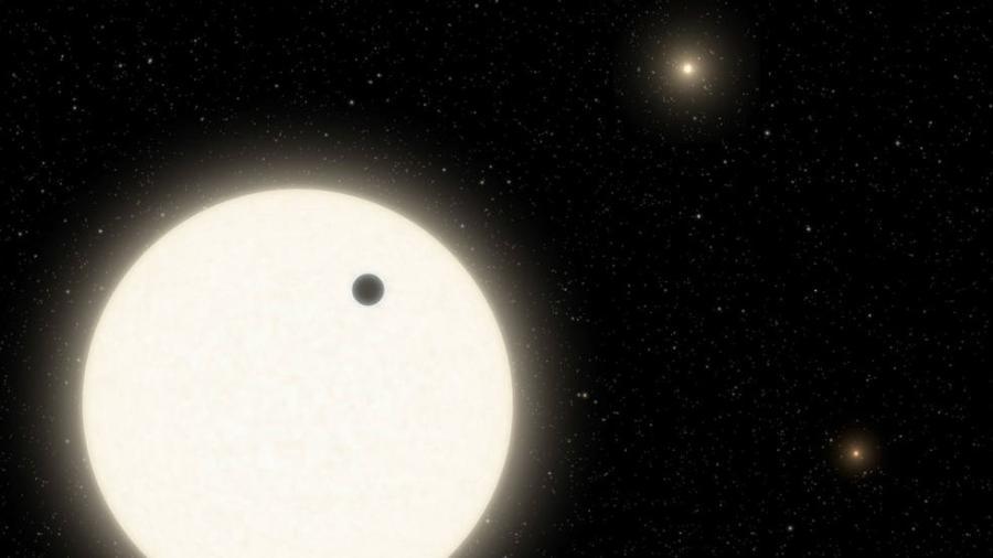 Ilustração do KOI-5Ab, gigante gasoso em sistema com três sóis - Caltech/R. Hurt