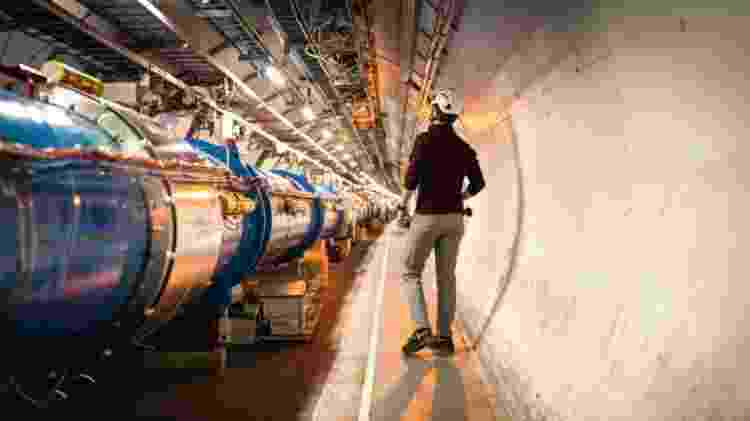 O acelerador de partículas foi construído em um túnel circular de 27 km sob a fronteira franco-suíça - CERN - CERN