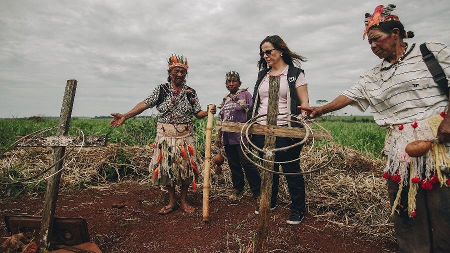 Dona Miguela (esq.), 92 anos, Anciâ Kaiowá, na terra indígena Guyraroka, em MS, mostrando os túmulos de parentes à Antonia Urrejola, comissária da CIDH - Christian Braga/Farpa/CIDH