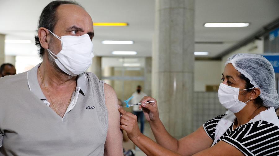 O prefeito de Belo Horizonte, Alexandre Kalil, toma a primeira dose da vacina contra a covid-19 - Amira Hissa/Prefeitura de Belo Horizonte