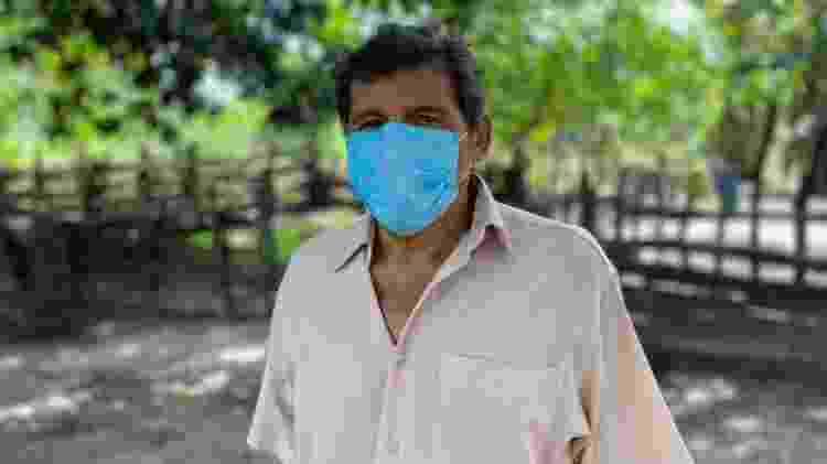 O lavrador Vicente de Paulo em sua casa com a plantação de soja ao fundo, toda a família sente sintomas de intoxicação - Diogo Cabral - Diogo Cabral