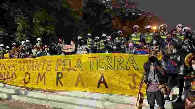 Indígenas discursam perto de PMs em ato contra Bolsonaro em São Paulo - Amanda Rossi/UOL - Amanda Rossi/UOL