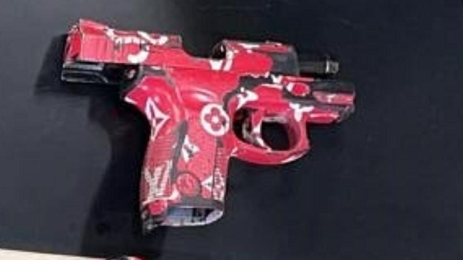 Pistola estilizada foi apreendida durante ação policial no RJ - Divulgação/PMERJ