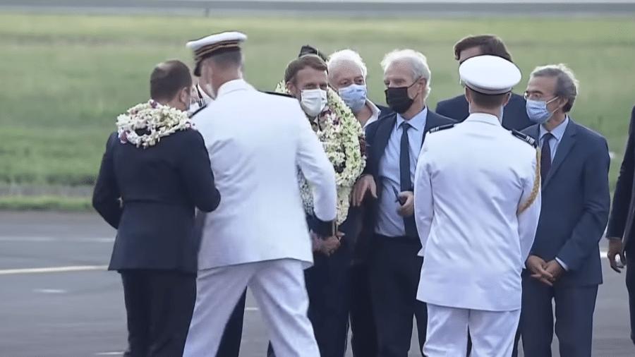 """Emmanuel Macron """"se afoga"""" em flores em visita a Polinésia Francesa - Reprodução"""