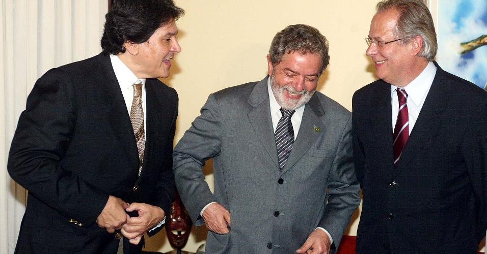 14.out.2004 - Roberto Jefferson com o então presidente Lula e o ministro José Dirceu, à época, em jantar oferecido pelo petebista em Brasília