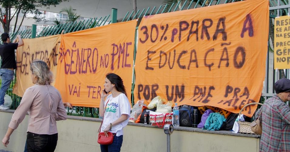 SP - PROTESTO/INCLUSÃO IDENTIDADES GÊNERO/CÂMARA MUNICIPAL - GERAL - Manifestantes contrários e a favor da inclusão das identidades de gênero (LGBT) à PME ( Plano Municipal da Educação ) que será votada na tarde desta terça-feira (11), protestam em frente à Câmara Municipal de São Paulo (SP)