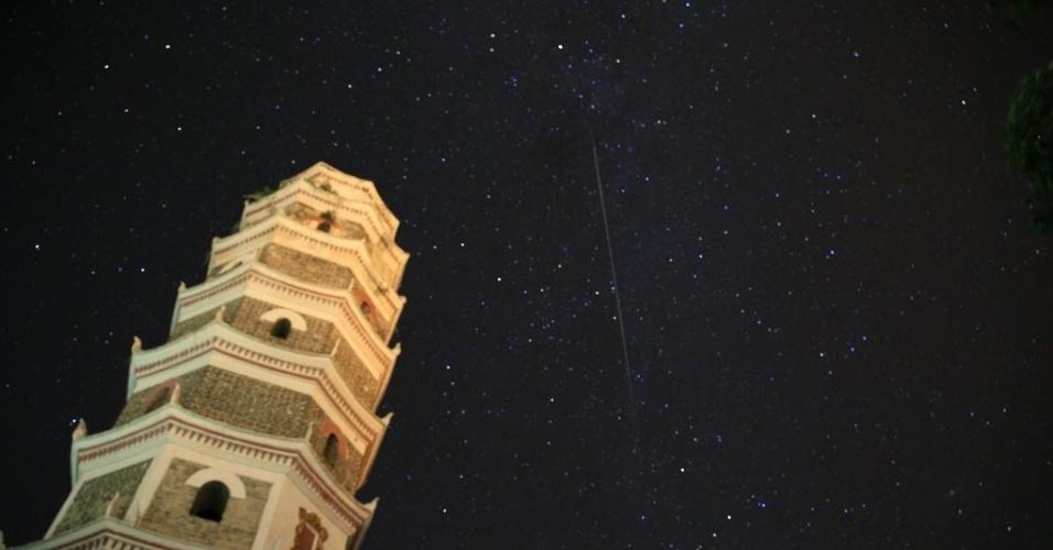 13.ago.2015 - Meteoro atravessa o céu de Kaijiang, sudoeste da China. A chuva de meteoros Perseidas ocorre anualmente e tem este nome por ser avistada da Terra próximo da constelação de Perseu