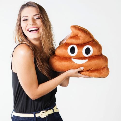Fofostore chega ao primeiro milhão com almofada de emoticons: na foto, almofada de cocozinho