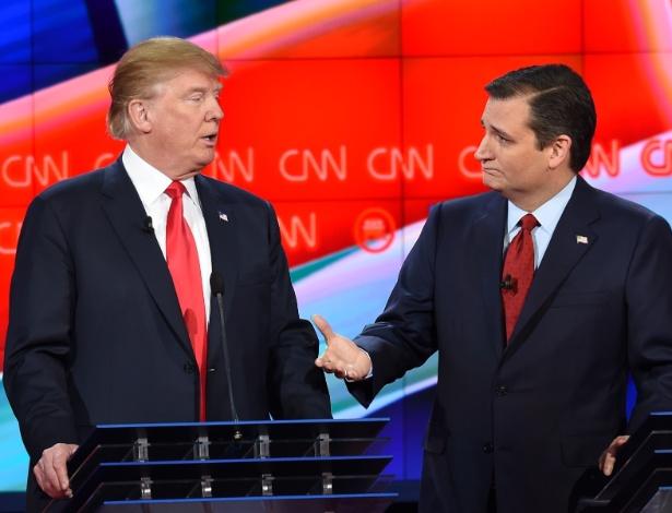 Donald Trump (à esq.) e Ted Cruz conversam durante intervalo de debate