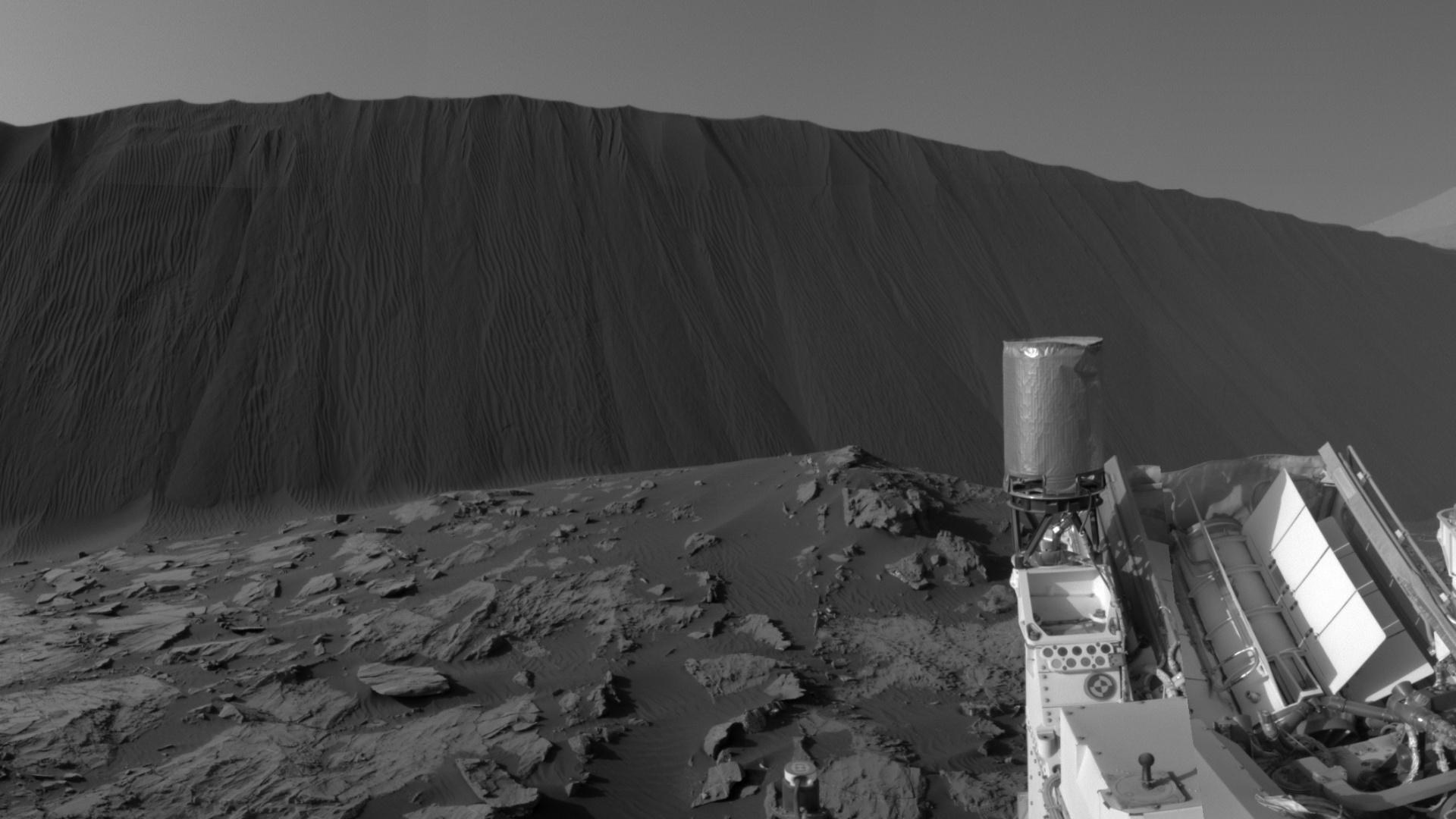 5.jan.2016 - Foto feita em solo marciano pelo robo Curiosity da duna Namib, de cerca de quatro metros de altura. O robô está realizando estudos das dunas de Marte, que influenciadas pelos ventos do planeta, se movem cerca de um metro por ano terrestre. A foto foi tirada em 17 de dezembro e divulgada pela Nasa nesta segunda (4)