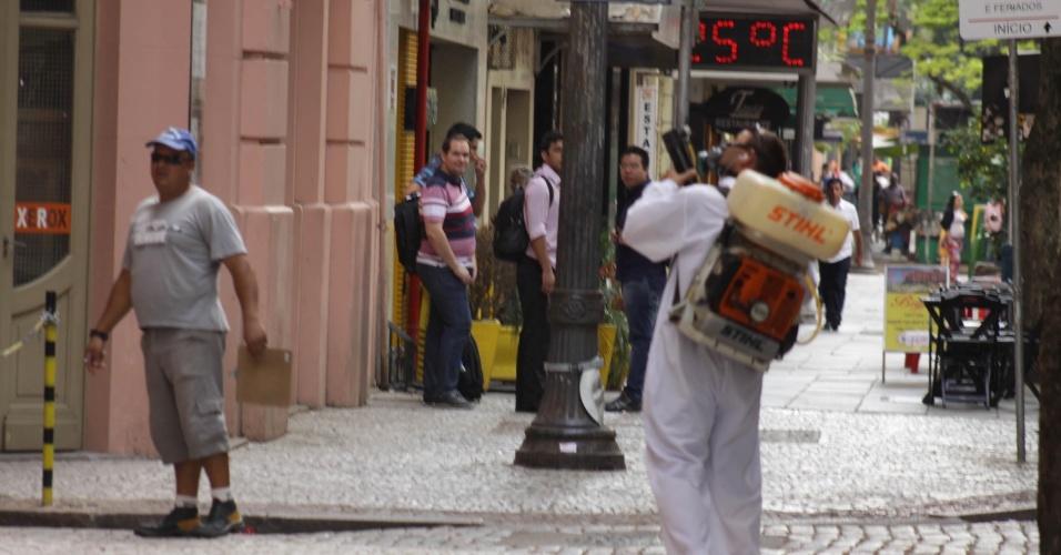 19.jan.2016 - Centro histórico e outros bairros de Porto Alegre recebem aplicação de inseticida depois dos casos confirmados de dengue. De acordo com a Secretaria Municipal da Saúde, são três casos de dengue confirmados. Além desses, são investigados três casos de chikungunya e cinco de infecção por zika vírus