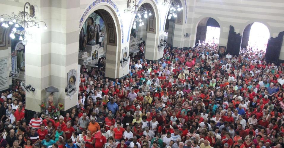 20.jan.2016 - Fiéis lotam a Igreja dos Capuchinhos durante missa em homenagem a São Sebastião, na Tijuca, Rio de Janeiro. O dia do padroeiro da cidade é celebrado hoje, feriado no Rio