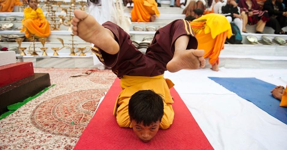 17.fev.2016 - Uma criança faz uma pose desafiadora no festival de ioga de Rishikesh, na Índia. A prática de ioga tem mais de 5 mil anos, e suas origens são do norte da Índia