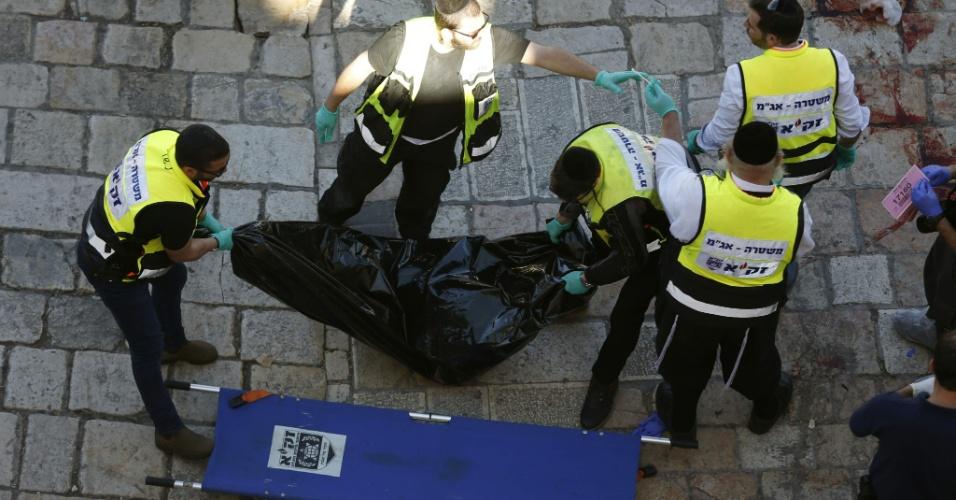 19.fev.2016 - Corpo de palestino acusado de atacar dois policiais com uma arma branca é recolhido na cidade antiga de Jerusalém, a parte palestina da cidade sagrada ocupada por Israel. O homem foi morto pelas forças de segurança israelenses. Durante o incidente, uma mulher foi ferida por um tiro, segundo os serviços de emergência de Israel