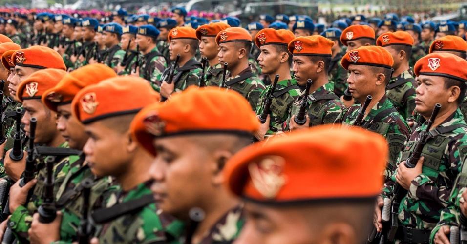 1º.mar.2016 - Soldados da força nacional de segurança da Indonésia fazem a preparação para o encontro da Organização para a Cooperação Islâmica