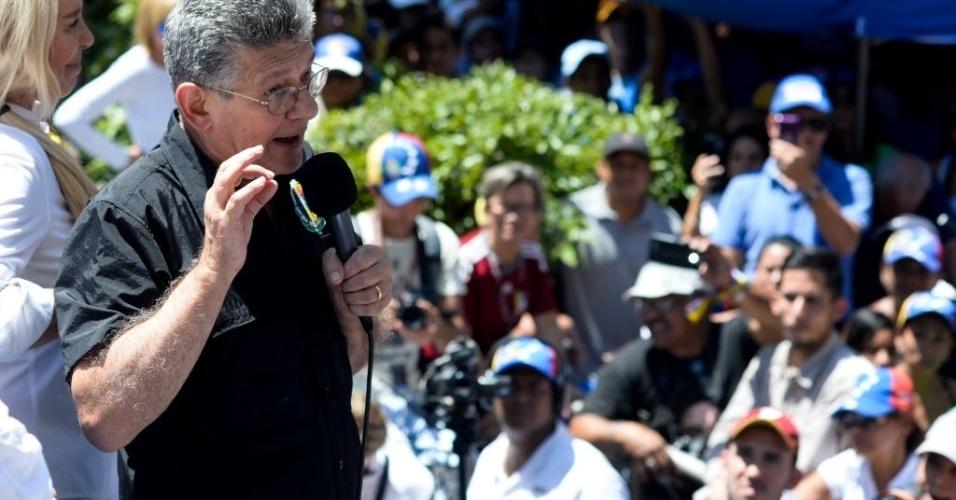 12.mar.2016 - O presidente do Congresso venezuelano, Henry Ramos Allup, discursa durante uma marcha de opositores do presidente Nicolás Maduro. Os manifestantes pedem a renúncia do presidente