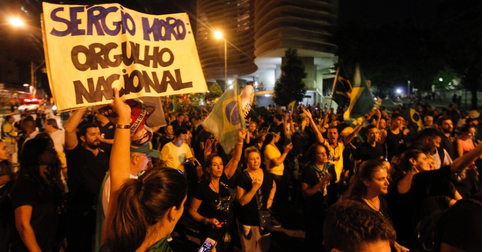 17.mar.2016 - Manifestantes pedem a renúncia da presidente Dilma Rousseff e protestam contra nomeação do ex-presidente Luiz Inácio Lula da Silva como ministro-chefe da Casa Civil, em Belo Horizonte (MG)