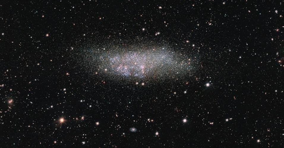 22.mar.2016 - GALÁXIA SOLITÁRIA - Como uma tribo isolada no interior da Amazônia, a galáxia Wolf-Lundmark-Melotte é única por não ter sido afetada pelas galáxias vizinhas. Mesmo fazendo parte do Grupo Local (composto por mais de 54 galáxias, incluindo a Via Láctea), pesquisadores consideram que a WLM pode nunca ter interagido com outra galáxia. Esse fato é atípico, pois acredita-se que pequenas galáxias primordiais, como ela, interagem gravitacionalmente e até se unem. No entanto, a WLM se desenvolveu sozinha a cerca de três milhões de anos-luz da Via Láctea. Para fotografá-la, astrônomos usaram um telescópio de Rastreio da ESO, que mede cerca de 2,6 metros e está no Chile