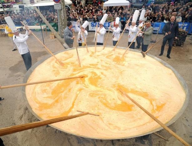 28.mar.2016 - Moradores de Bessières, na França, preparam um tradicional omelete gigante como parte das celebrações de Páscoa. Mais de 15.000 ovos foram usados na receita