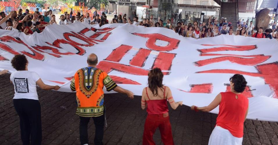 30.mar.2016 - Manifestantes estendem bandeirão na abertura do ato
