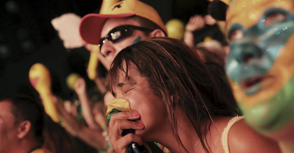17.abr.2016 - Manifestante pró impeachment chora enquanto acompanha votação na Câmara dos Deputados, durante ato na avenida Paulista, em São Paulo