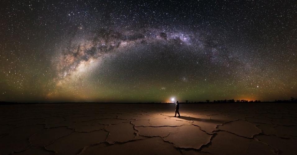 20.abr.2016 - O fotógrafo australiano Michael Goh capturou uma série de imagens do céu noturno de seu país, usando a técnica de longa exposição. É o caso desta foto no Parque Nacional de Nambung, no oeste da Austrália.